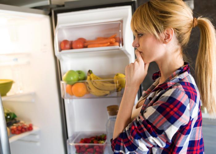 abrindo a geladeira