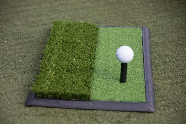 bolinha de golf na grama sintetica